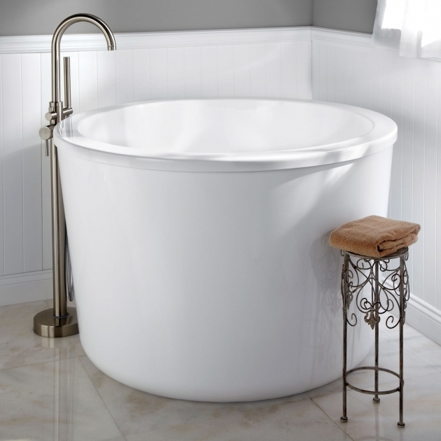Japanese soaking tub for small bathroom home design for Small japanese bathroom design